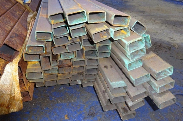 7.600 Mtr of 50 mm x 30 mm x  2.5 mm Steel Box Section  ( 50 x 30 x 2.5 mm Box Section 7.600 Mtr Unused Stock Rusty )
