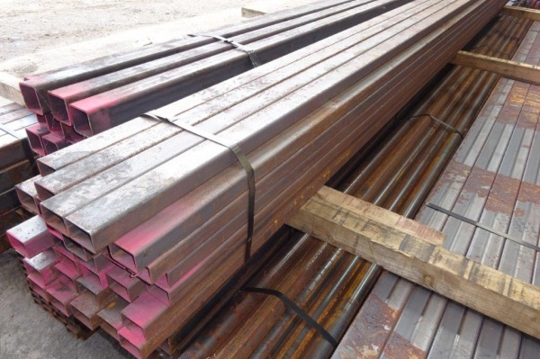 7.600 Mtr of 60 mm x 40 mm x  3 mm Steel Box Section  ( 60 x 40 x 3 mm Box Section 7.600 Mtr Unused Stock Rusty )